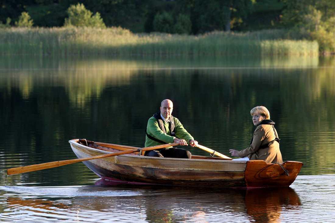 Fredrik Reinfeldt och Angela Merkel ror i ekan på harpsund.