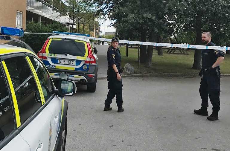 En knivbeväpnad man hotade en polispatrull i södra Stockholm.