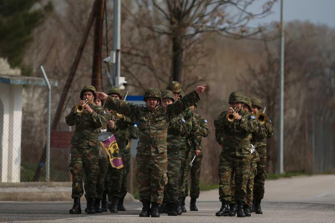 En grekisk militärorkester vid gränsövergången mot Turkiet i Kastaniés under tisdagen.