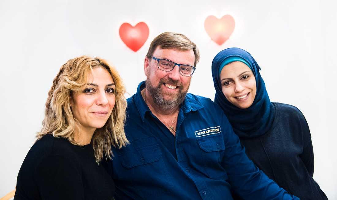 """Lasse Wennman började delade ut mat till över 12000 människor i Gävle förra året. """"Vi måste hjälpas åt mer"""", säger han. Här tillsammans med Jamila Mustafa och Kholod Nassar, som också jobbar för Matakuten."""