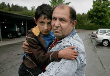 Ofa och pappa Rowar i dag, tre år efter skräckupplevelsen.
