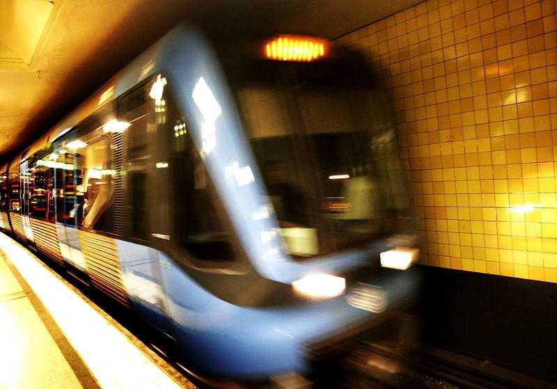 """Grönt ljus för blåa linjen  Tanken är att den blå linjen ska fortsätta från Kungsträdgården till Nacka Forum. Projektet ska avlasta knutpunkter som Slussen och ger möjlighet till 40 000 nya bostäder med """"attraktiv kollektivtrafik""""."""