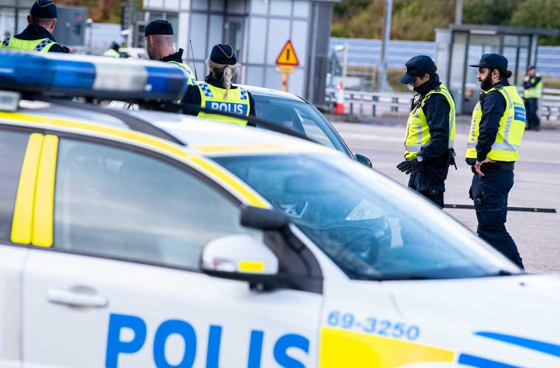 Polis och passkontrollanter genomför id-kontroll Öresundsbrons betalstation på Lernacken. Arkivbild.