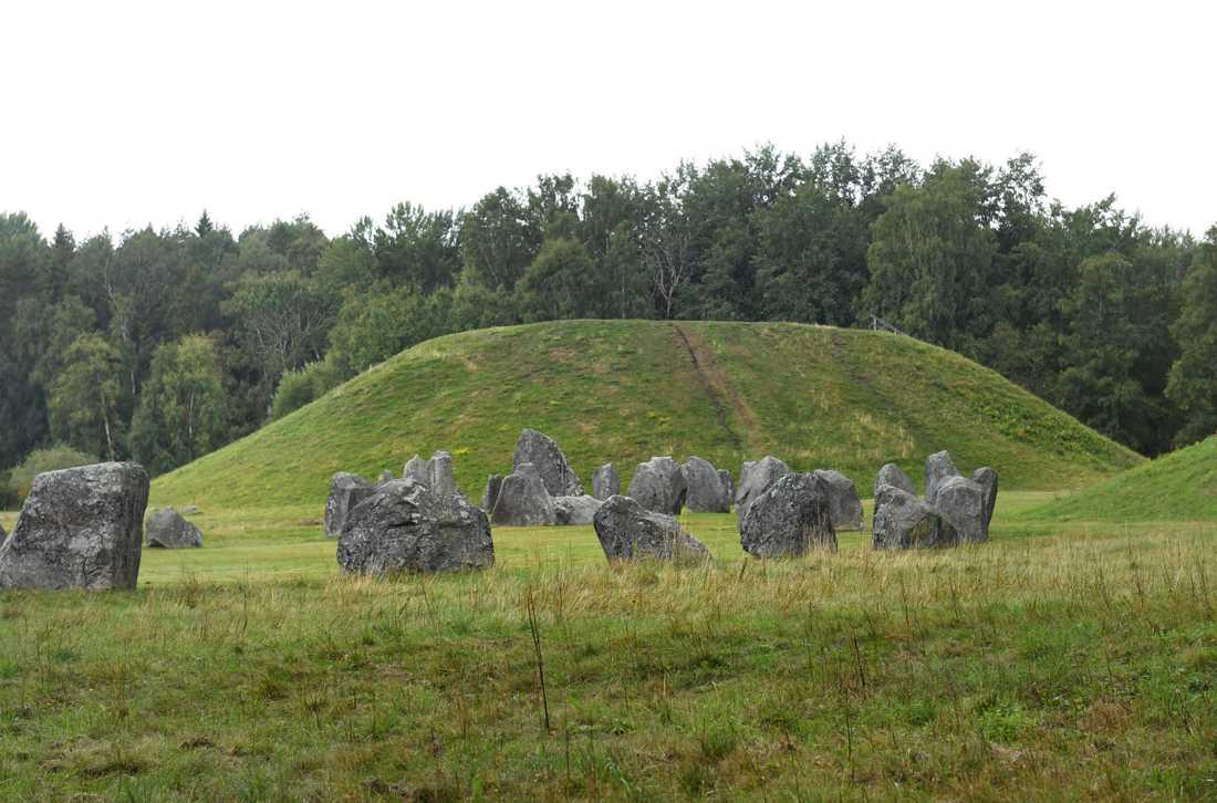 Fornminnet Anundshög i Badelunda dateras till slutet av bronsåldern till vikingatid. Den är nio meter hög och 64–68 meter i diameter.