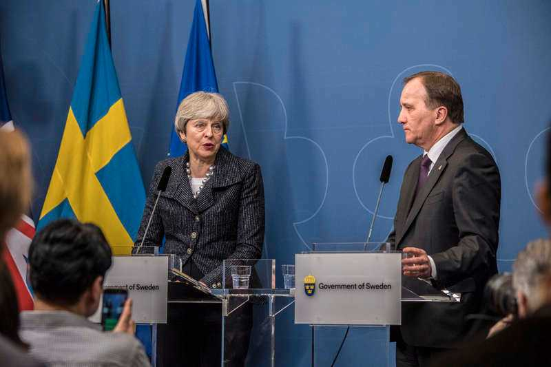 Statsminister Stefan Löfven och Storbritanniens premiärminister Theresa May på en gemensam presskonferens på måndagen.
