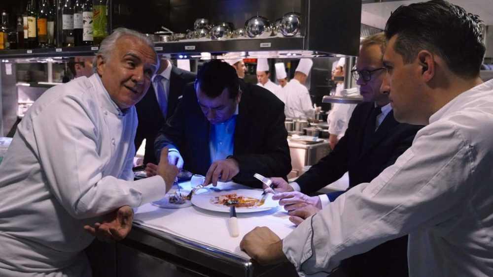 Ducasse läxar upp en av sina kockar.