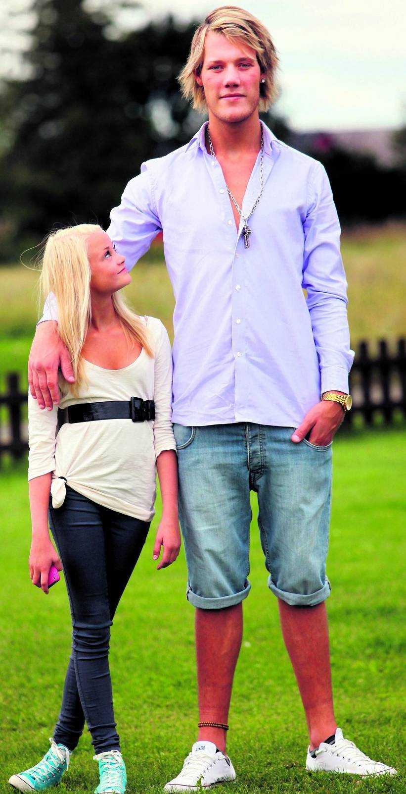 Oliver Andersson, 17, med sin syster Celinne, 13 år och 150 centimeter lång.