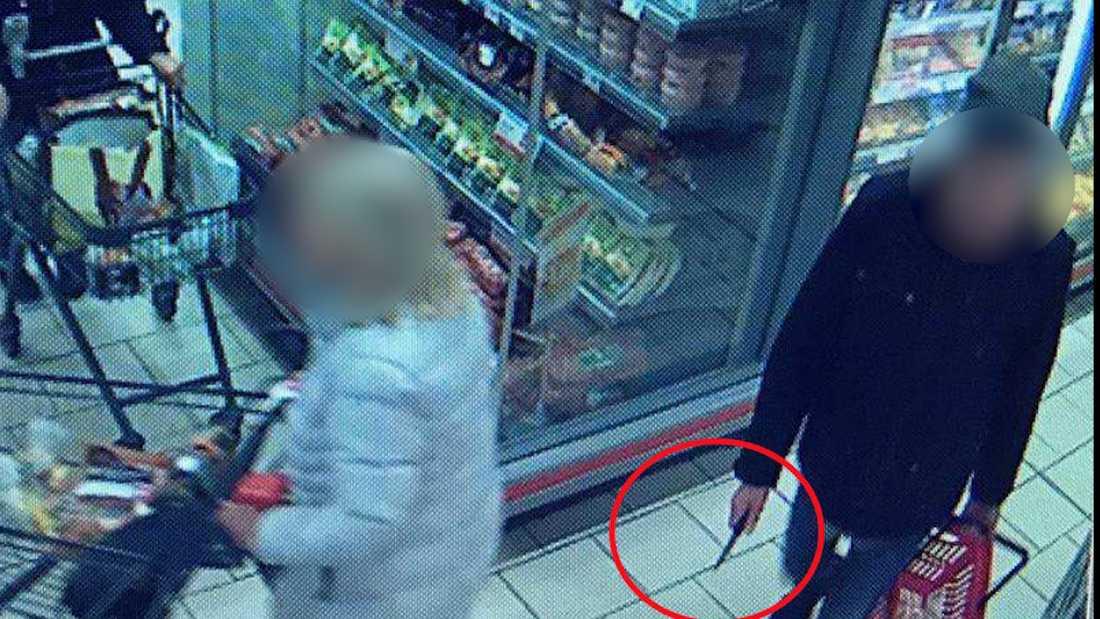Mannen gick runt i affären med kniven i handen utan att någon kund reagerade.