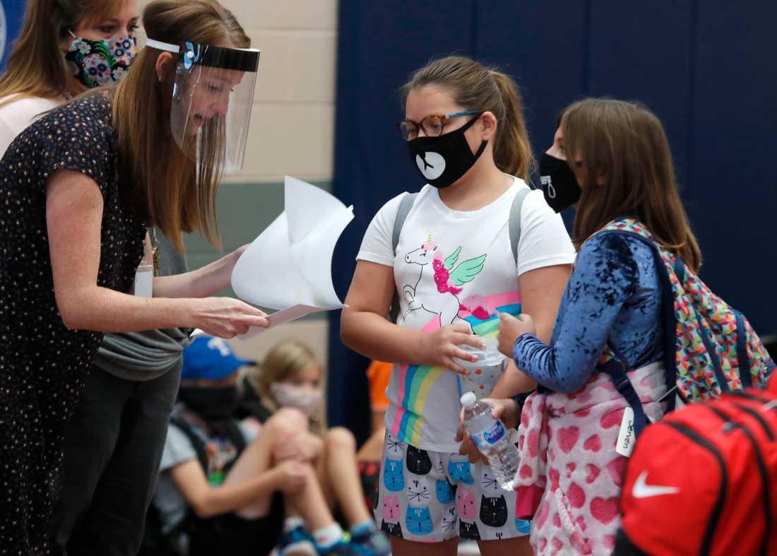 Elever och lärare med munskydd respektive visir vid en skola i Texas som öppnade förra veckan.