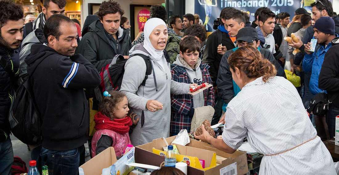 Frivilliga tar emot flyktingar på Malmö central.