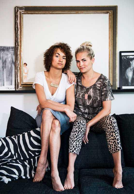 """Systrarna Bianca och Tiffany Kronlöf bor och arbetar tillsammans. Mycket av arbetet gör de hemma i sitt eget vardagsrum, där de spelade in humorserien """"Full patte"""" tillsammans med regissören och manusförfattaren Sara Haag."""