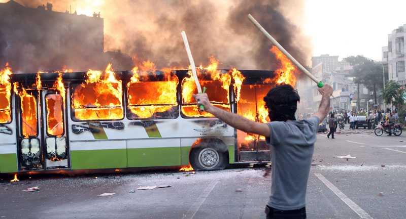 Tusentals demonstranter trotsade förbudet mot att protestera mot valresultatet och gav sig ut på Teherans gator i alla fall. Rapporterna om hur många som dött efter sammanstötningar med polis går isär – siffror mellan 19 och 150 har nämnts.