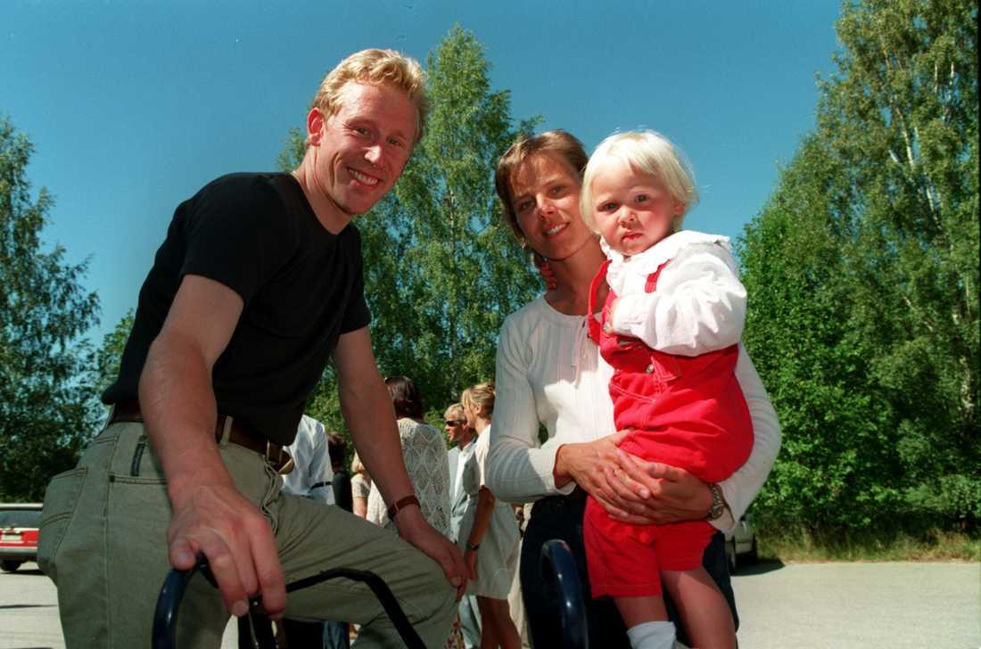 Julia tillsammans med pappa Gunde och mamma Marie 1995.