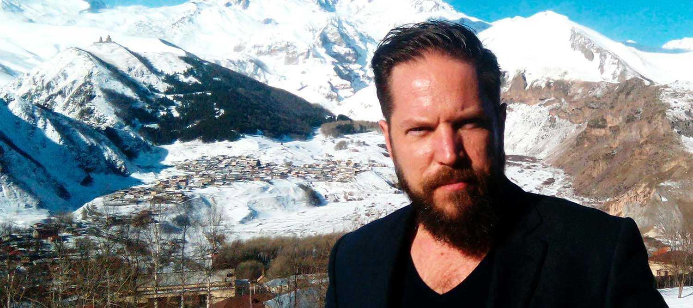 Artikelförfattaren i den georgiska bergsorten Stepantsminda.