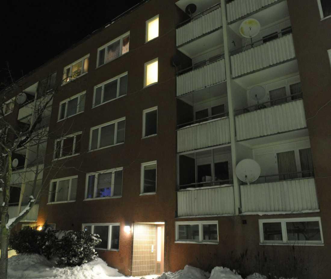 säpo har spanat De tre männen har i perioder levt i den här lägenheten, som ligger i en stockholmsförort.