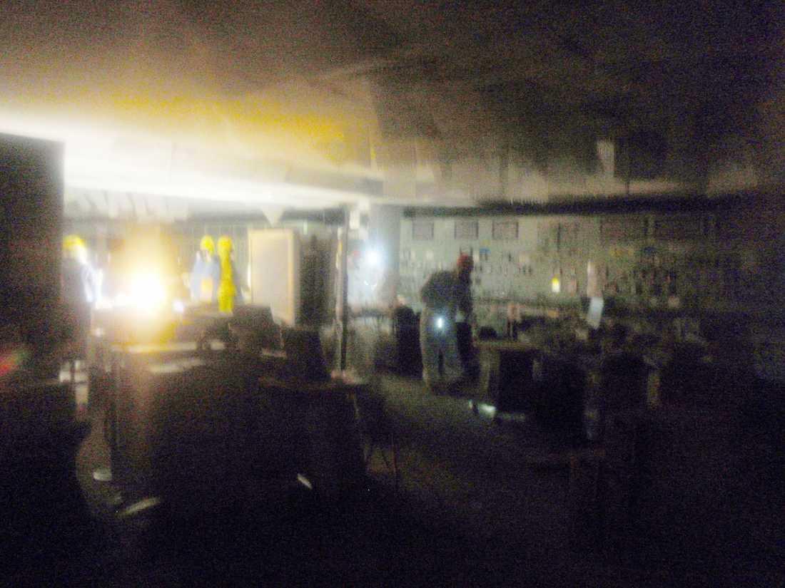 Personalen kämpar i de delvis förstörda byggnaderna med livet som insats.