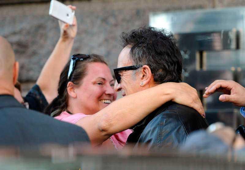 MYSSTUND Ett fan fick en kram av rockstjärnan.
