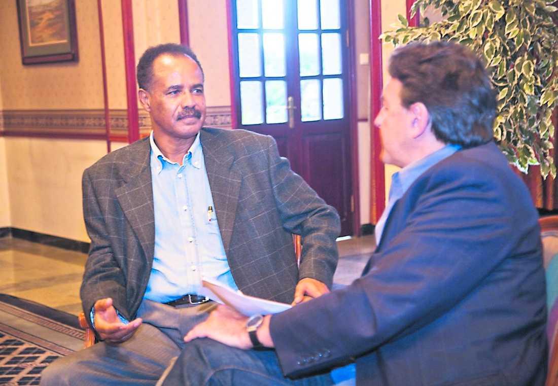 tre dagar sen Till sist, tre dagar efter avtalad tid, fick Aftonbladets utsände Donald Boström en intervju med Eritreas president Issayas Afwerki. Men något nytt om Dawit Isaak kom inte fram. Hans hälsotillstånd är bara gammal skåpmat och inget ämne för diskussion, lät presidenten meddela.