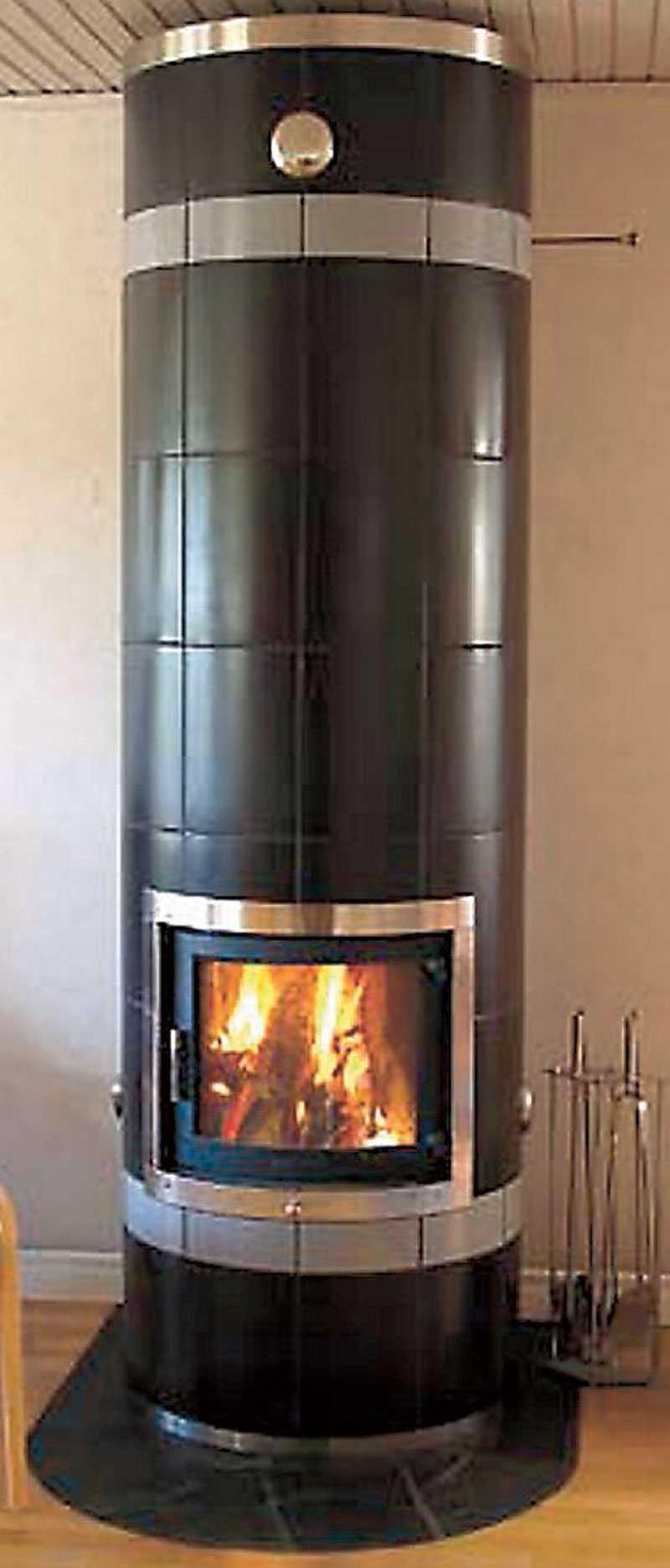 Studio svart. Modern design med stor värmekomfort, här i svart sidenmatt kakel. Pris: 63850 kr. www.gabrielkakelugnar.se
