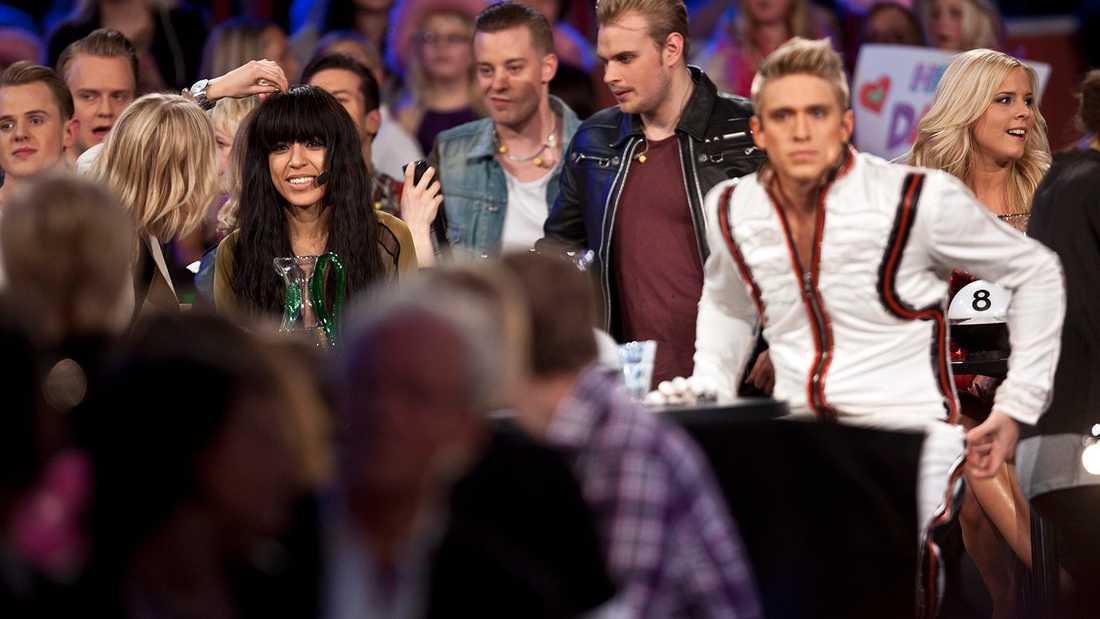 En besviken Danny Saucedo efter finalen i Melodifestivalen 2012, som Loreen (till vänster) vann.