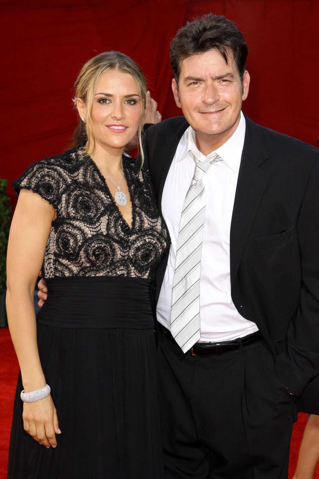 2009 Häktas misstänkt för att ha knivhotat och slagit sin nya fru Brooke Mueller under deras julsemester i lyxiga skidorten Aspen.
