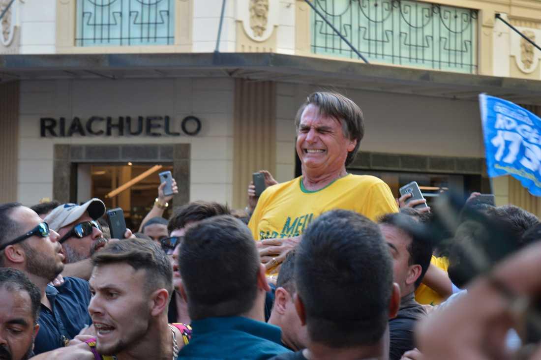 Presidentkandidaten Jair Bolsonaro ögonblicket efter det att han knivhuggits vid ett valmöte i Juiz de Fora.