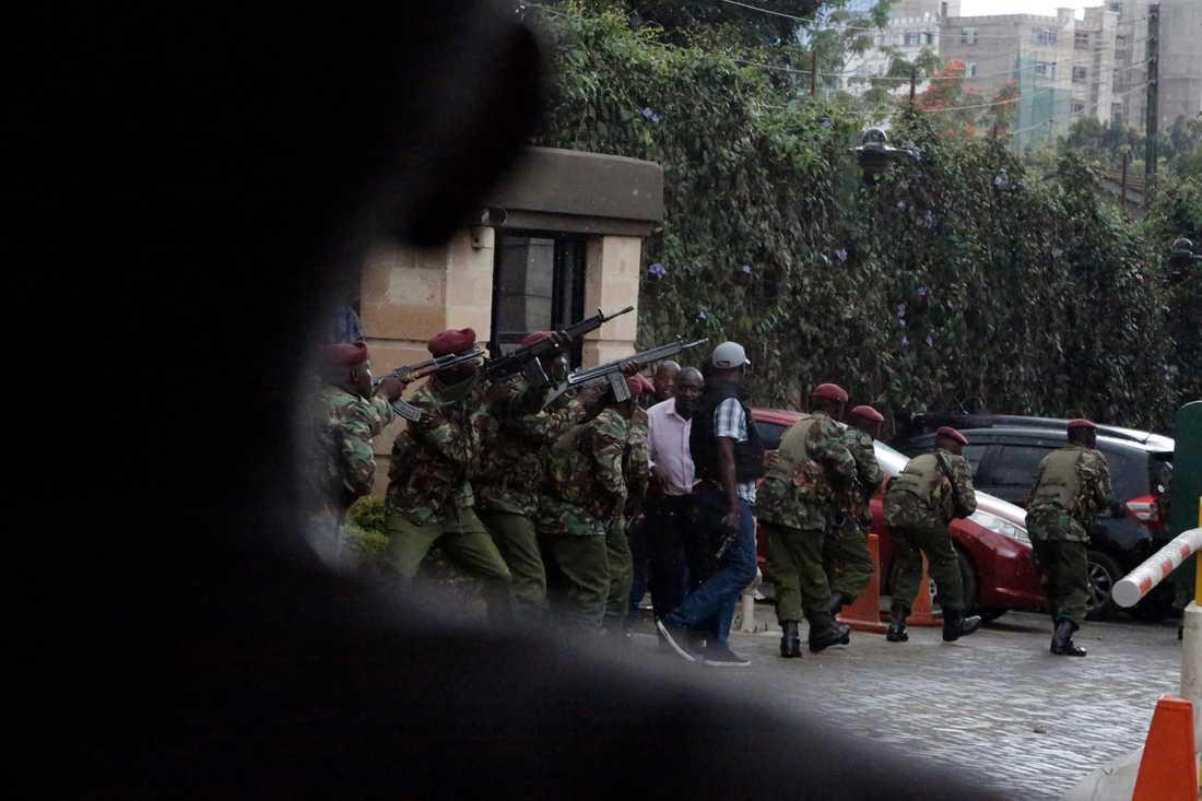 Kenyanska säkerhetsstyrkor i närheten av hotellkomplexet i Nairobi.