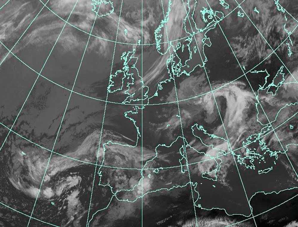 Askmoln På den här satellitbilden kan man se molnet med vulkanaska mellan Island och Skottland. Bilden är tagen klockan åtta i morse. (Klicka för större bild)