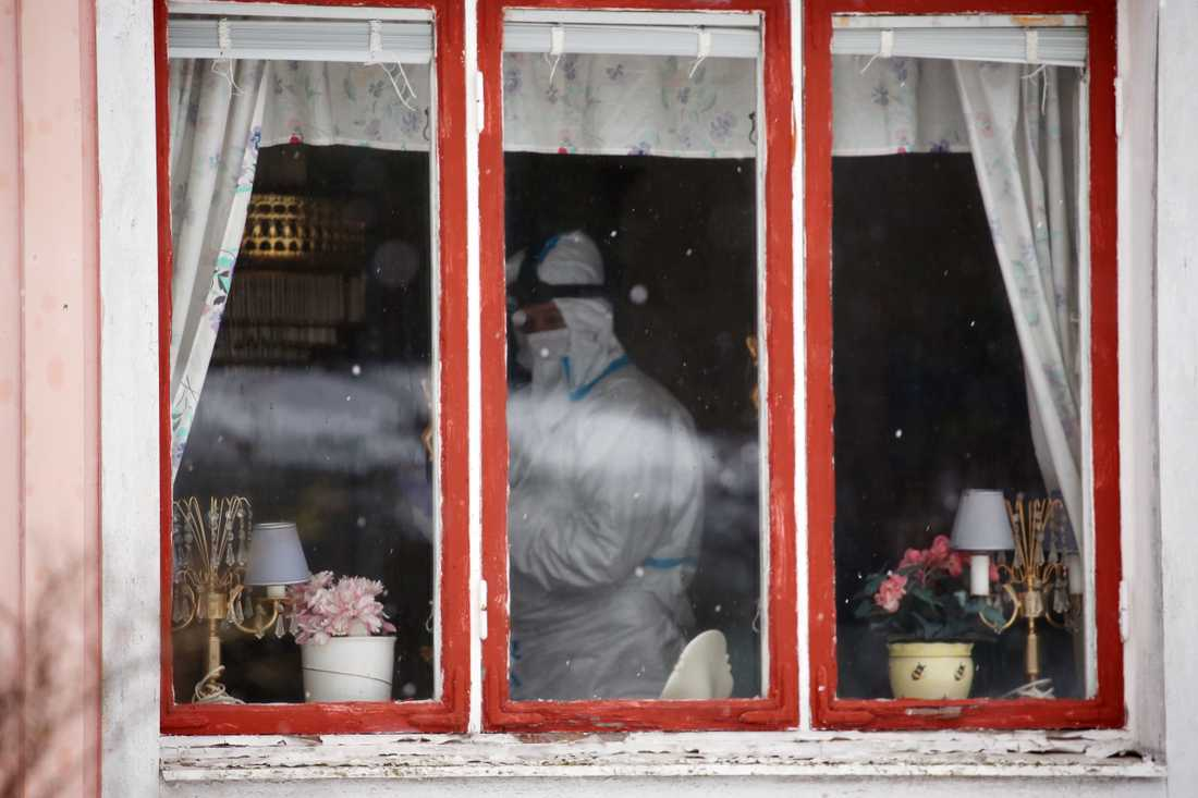 Maskerade män tog sig in i Ivars hem. På bilden går polisens tekniker igenom bostaden.