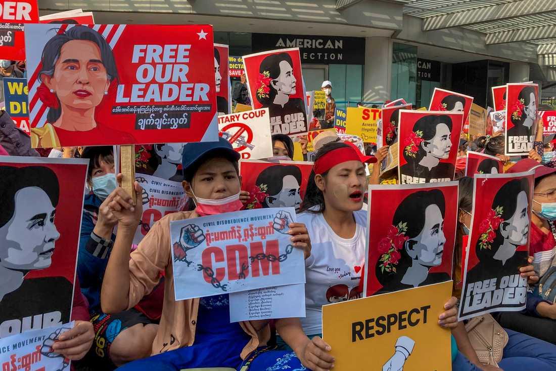Demonstranter håller upp bilder på Myanmars avsatte civila ledare Aung San Suu Kyi i samband med en protest mot juntan i i Myanmars största stad Rangoon den 16 februari. Arkivbild.
