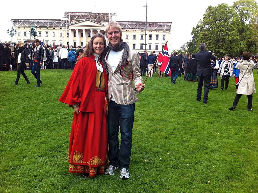 """Ville vara i huvudstaden Turturduvorna Anne Sørseth, 18, och Simen Juul-Hansen, 18, har åkt från Lørnskog för att vara vid slottet och fira. """"För oss var det extra viktigt att vara här i år."""""""