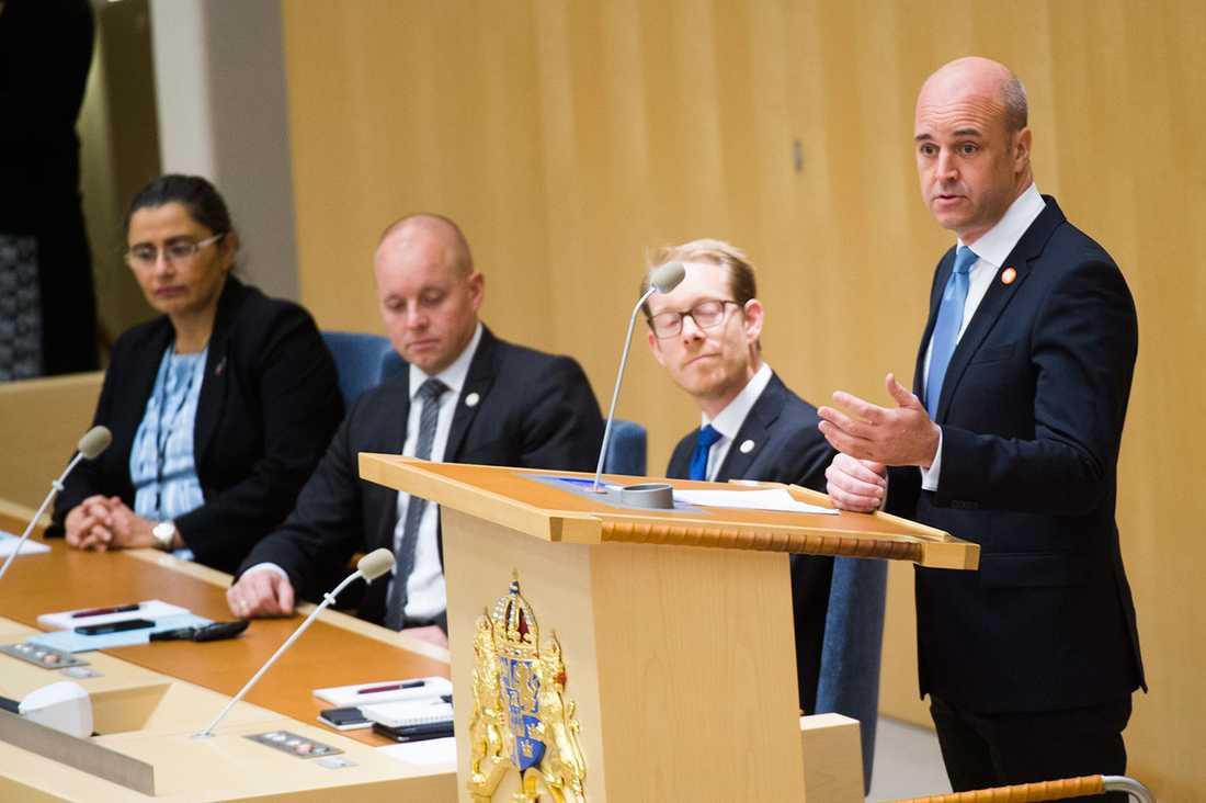 Björn Söder i riksdagen när Fredrik Reinfeldt avtackas, tillsammans med de båda andra vice talmännen Esabelle Dingizian och Tobias Billström.