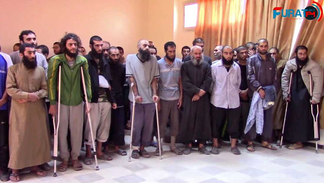 En skärmdump från en film som spelats in av en kurdisk aktivistgrupp och som påtås visa tillfångatagna IS-terrorister i Raqqa.