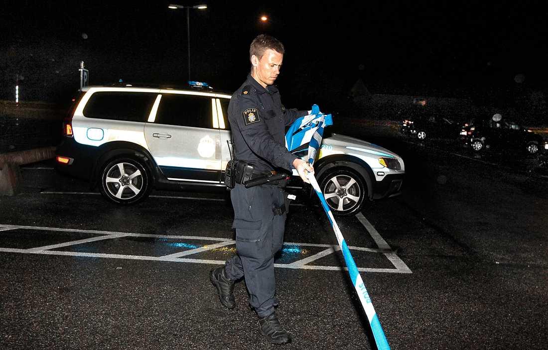 Polis spärrar av brottsplatsen.