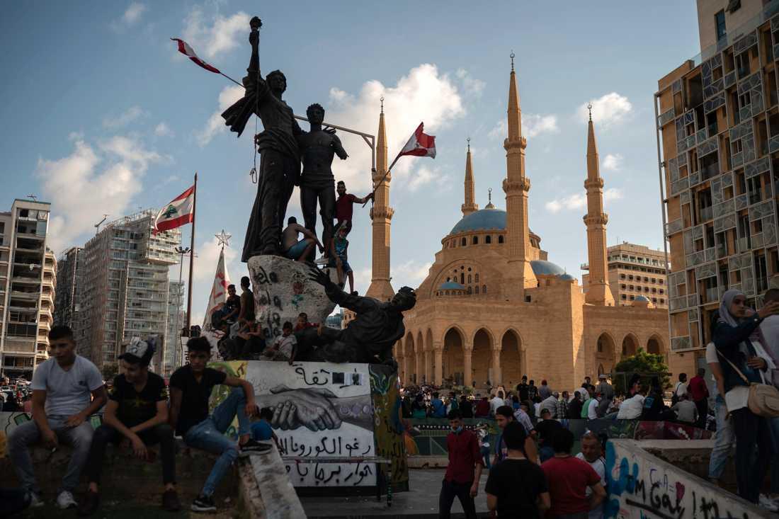 Folk samlas på Martyrtorget i centrala Beirut för att protestera mot den politiska eliten under söndagen, dagen innan regeringen meddelade sin avgång.