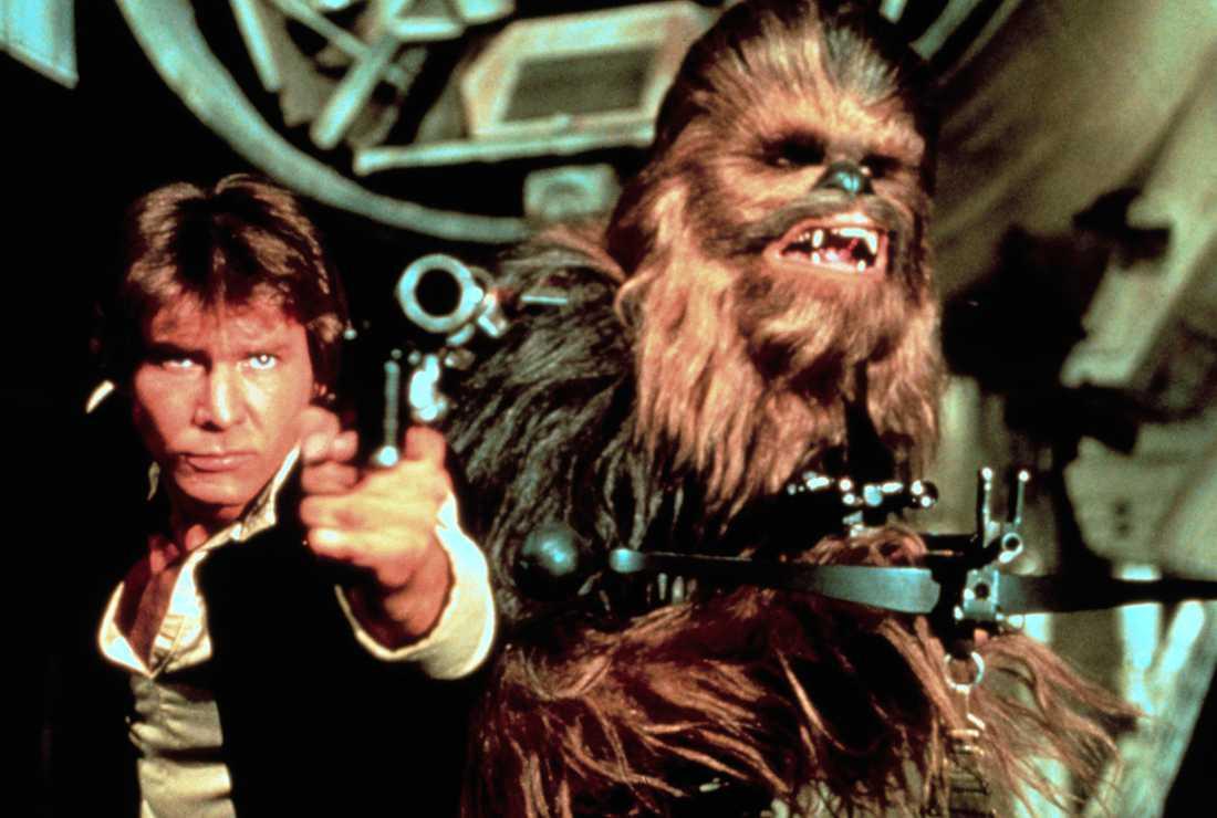 """Radarparet Han Solo (Harrison Ford) och Chewbacca (Peter Mayhew) som de såg ut i första """"Star Wars""""-filmen. Eller, som den hette i Sverige vid premiären 1977, """"Stjärnornas krig""""."""