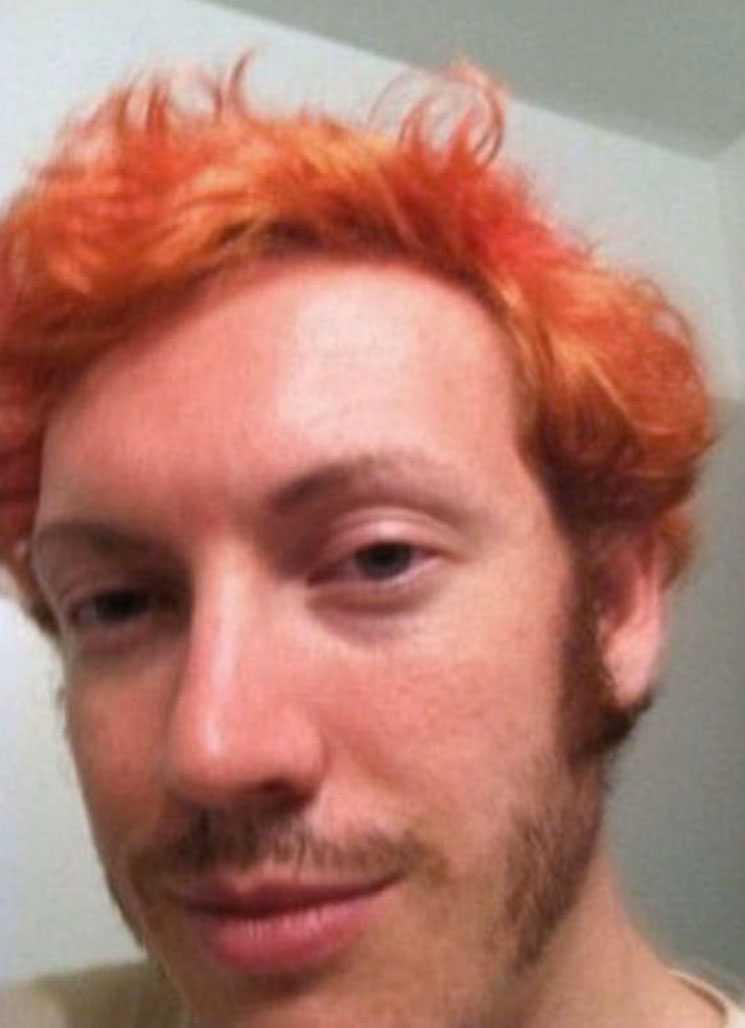 Den mistänkta gärningsmannen James Holmes färgade håret rött innan attacken.