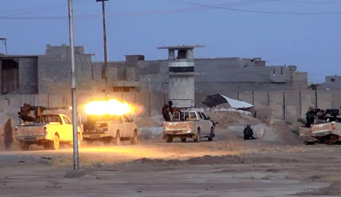 Tung maskingevärseld från pickuperna Isis på kort tid blev kända för. Bilden tagen från offensiven i Irak i juni.