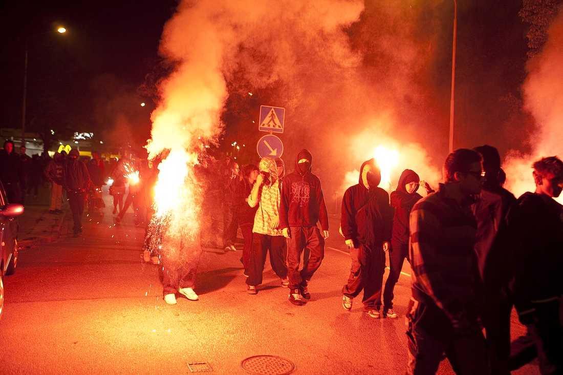 En ny studie visar att brottsligheten hos invandrare och svenskar från liknande socioekonomiska omständigheter är ganska lika, skriver debattörerna. Bilden är från ett upplopp i Rosengård i augusti 2009.