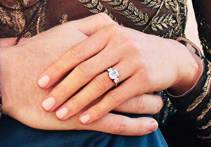 Förlovningsringen består av en diamant från Botswana och två mindre från prinsessan Dianas privata samling.