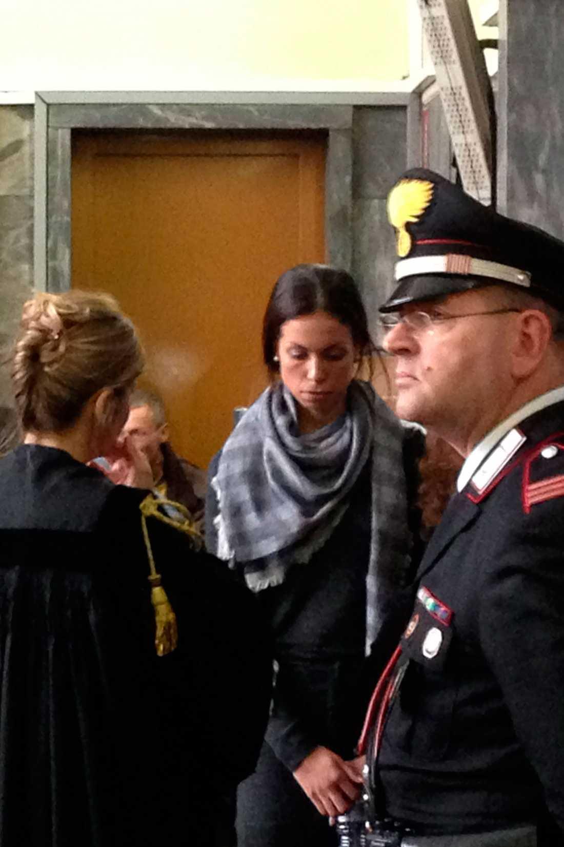 BERÄTTADE OM BUNGA-BUNGAPARTYN Marockofödda Karima El-Mahroug, kallade Ruby, i en paus i rättegången mot förre italienske premiärminister Silvio Berlusconi. Det var första gången hon vittnade om hur det gick till på hans bunga-bungapartyn.