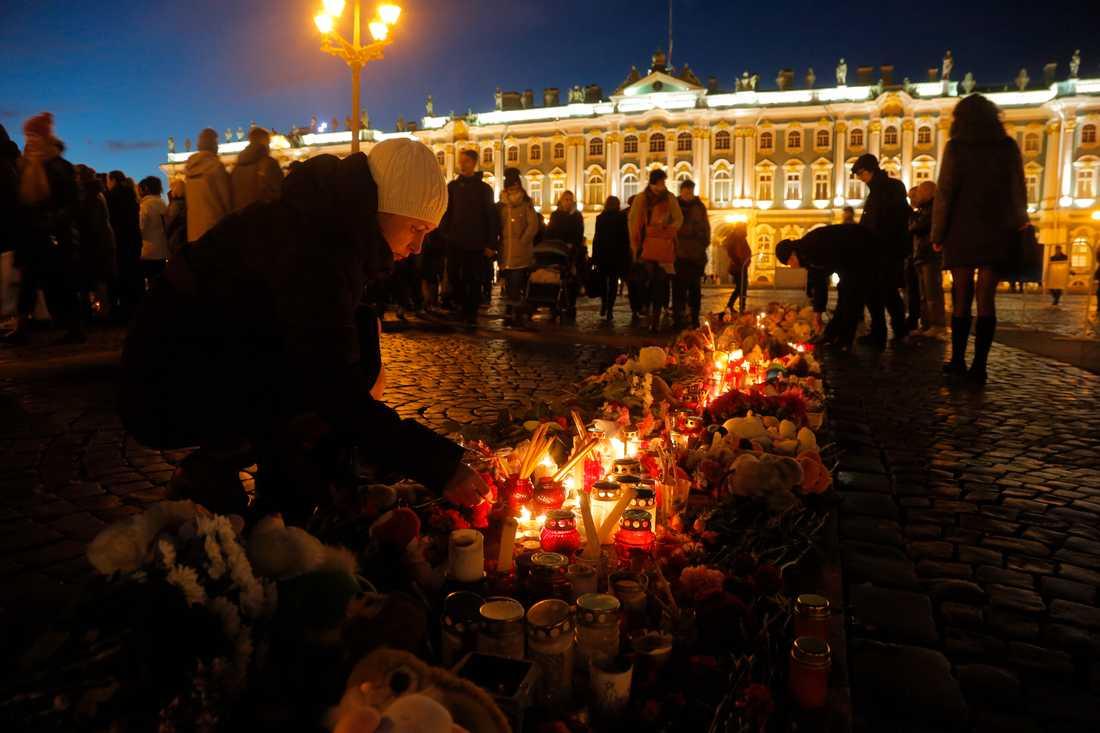 Sorg över offren för flygkraschen vid Dvortsovayatorget i St Petersburg, Ryssland.