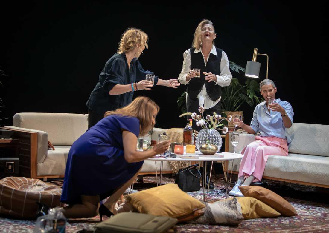 Astrid Assefa, Sylvia Rauan,  Ann Petrén och Maria Salah i Lång natts färd mot dag på Stockholms stadsteater.