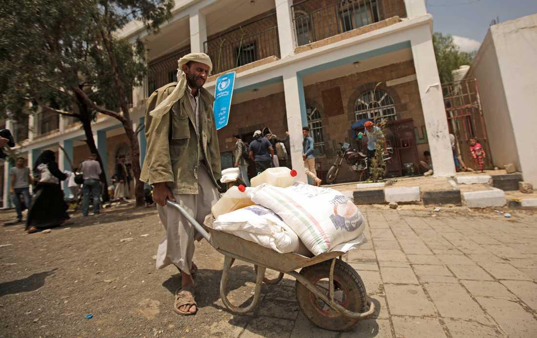 En man har fått mat från FN i Sanaa i Jemen. Arkivbild.
