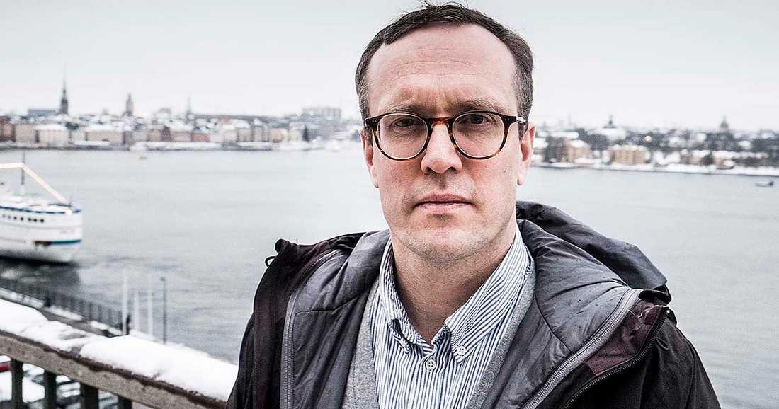 """Andreas Cervenka, prisad ekonomireporter på Svenska Dagbladet, avslöjar bankernas fusk och räntetrixande i """"Vad gör en bank?"""""""