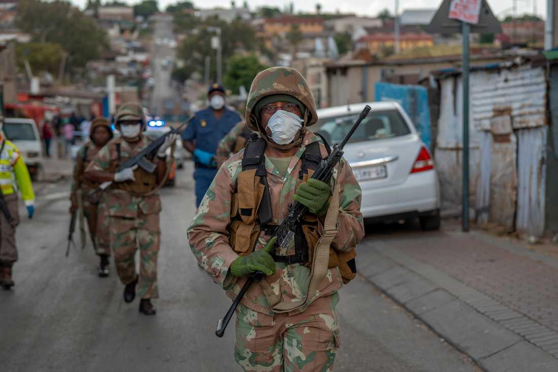 Sydafrikansk militär patrullerar i Johannesburg.