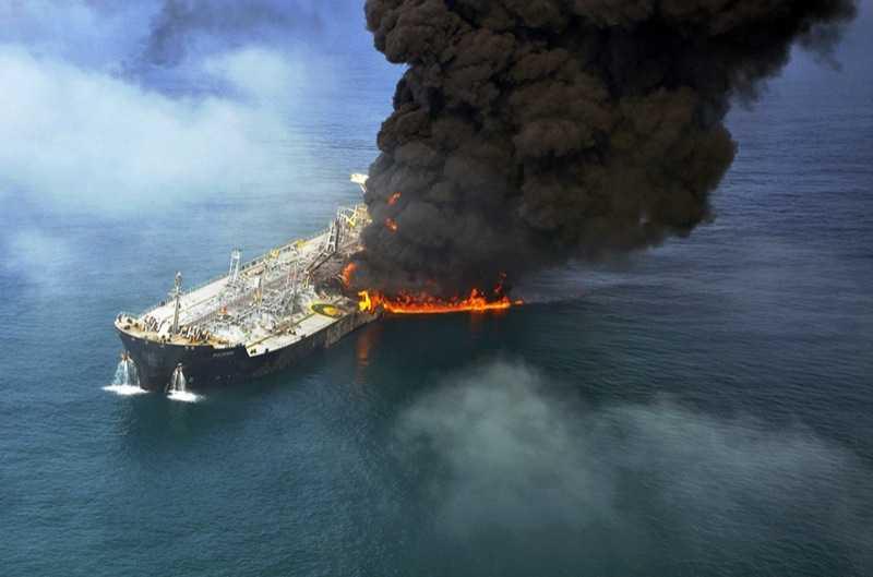 Rökmoln Oljetankern brinner efter kollisionen med lastfartyget.