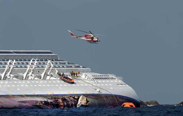 Aftonbladets team på plats efter olyckan kunde se hur människor räddades ur vraket genom att firas upp med hjälp av helikopter.