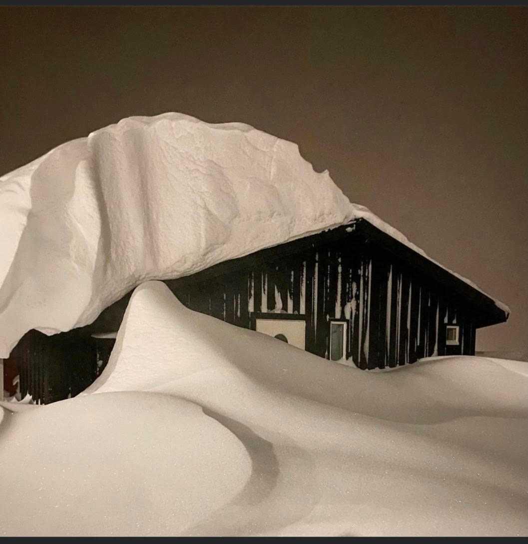 Stugägaren Pablo Grate har aldrig sett på maken till snöig fasad på vinterstugan.