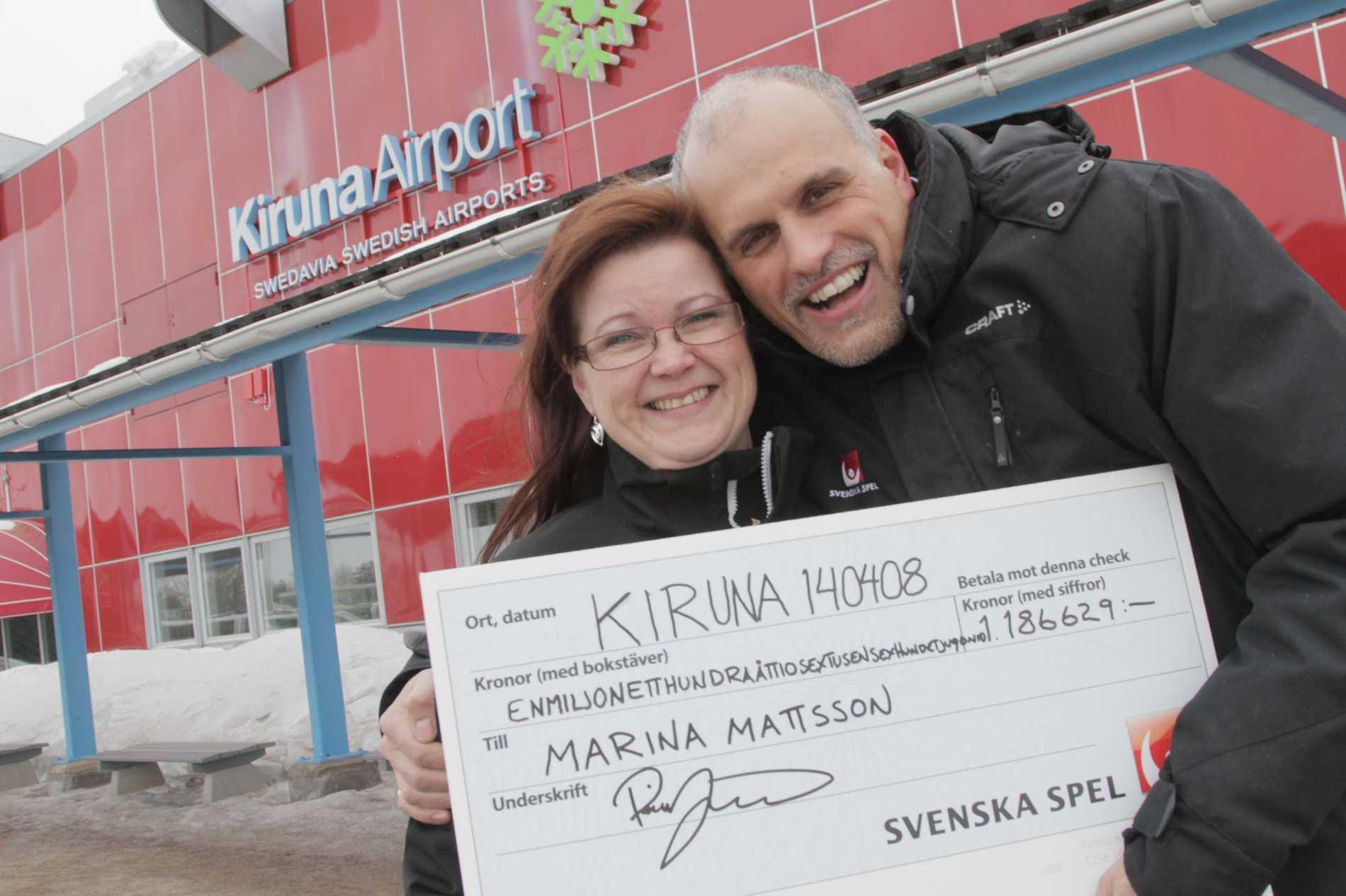 Marina Mattsson firar miljonvinsten tillsammans med Svenska Spels vinnarambassadör Pierre Jonsson och vinstchecken.